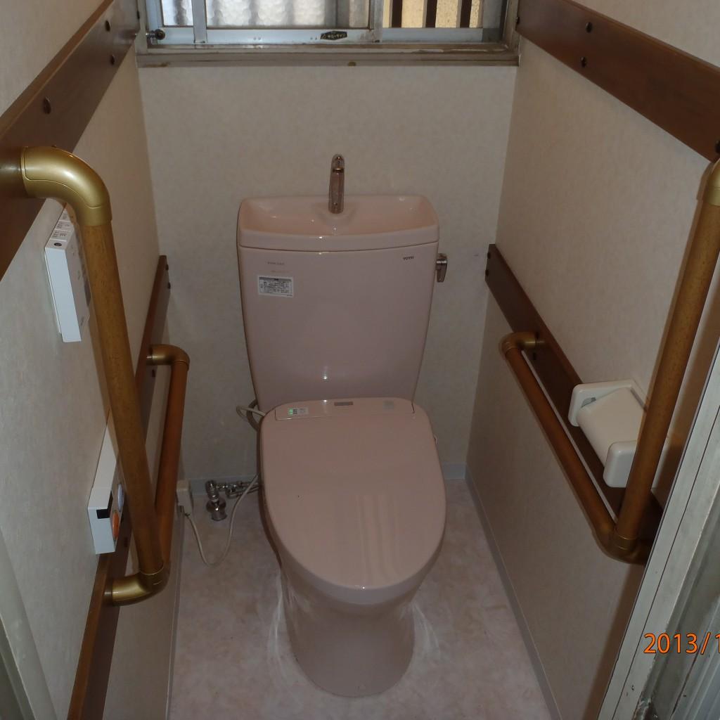 和式トイレを洋式トイレに替えました、手すりをつけて、入り口のドアの取り替えも・・・・