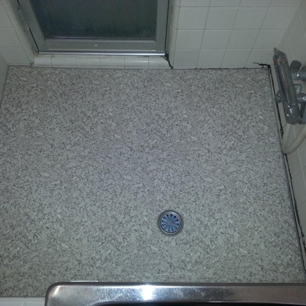 浴室床をきれいにする
